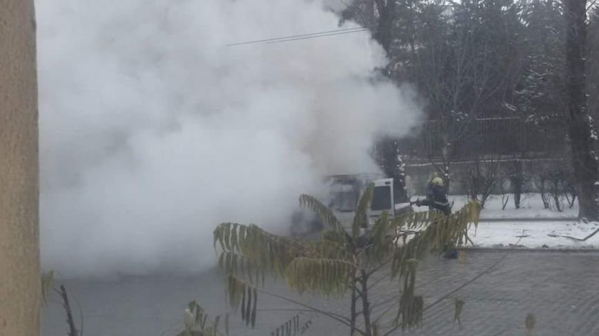 У Львові біля зупинки громадського транспорту спалахнув автомобіль.Опубліковані фото, фото-5