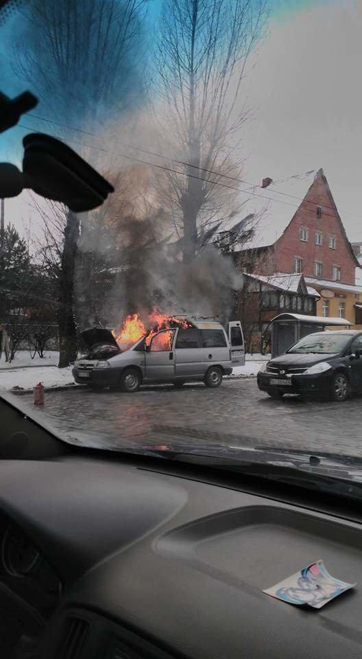 У Львові біля зупинки громадського транспорту спалахнув автомобіль.Опубліковані фото, фото-2