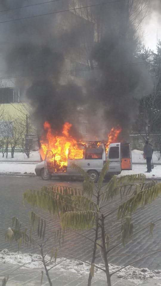 У Львові біля зупинки громадського транспорту спалахнув автомобіль.Опубліковані фото, фото-4