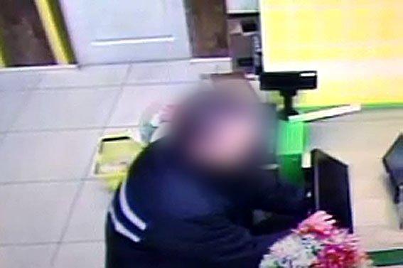 В Артемовском супермаркете деньги из кассы украл охранник (фото) - фото 1