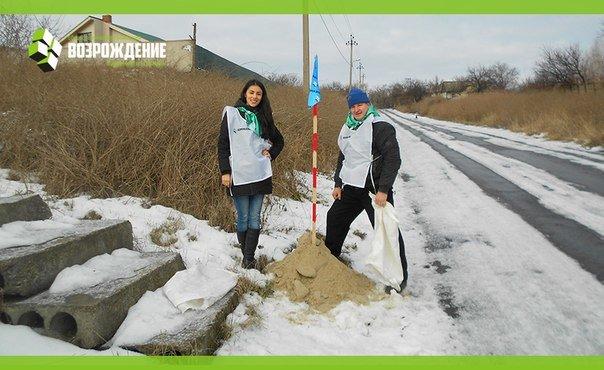 Авдеевские волонтёры помогают автомобилистам победить непогоду (фото) - фото 1