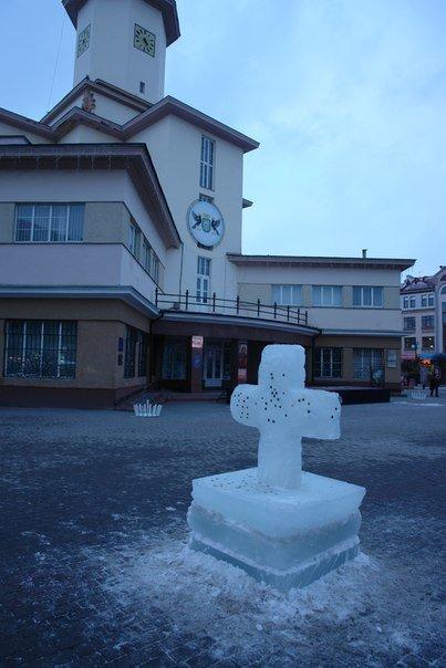 У центрі Івано-Франківська встановили крижаний хрест (ФОТО) (фото) - фото 1