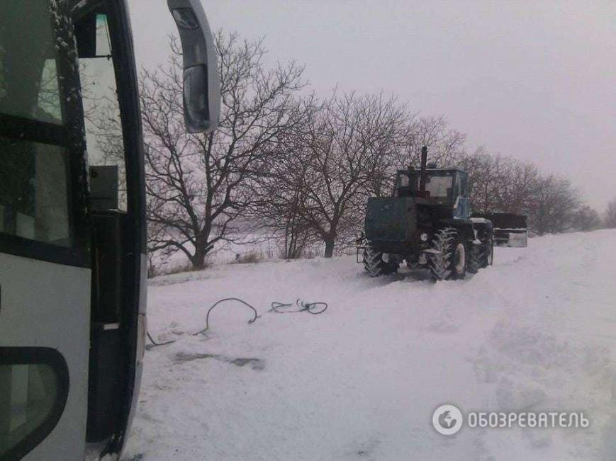 На трассе около Днепродзержинска рейсовый автобус и десятки машин оказались в снежной ловушке (Обновлено) (фото) - фото 1