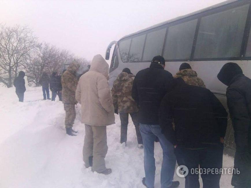 На трассе около Днепродзержинска рейсовый автобус и десятки машин оказались в снежной ловушке (Обновлено) (фото) - фото 3