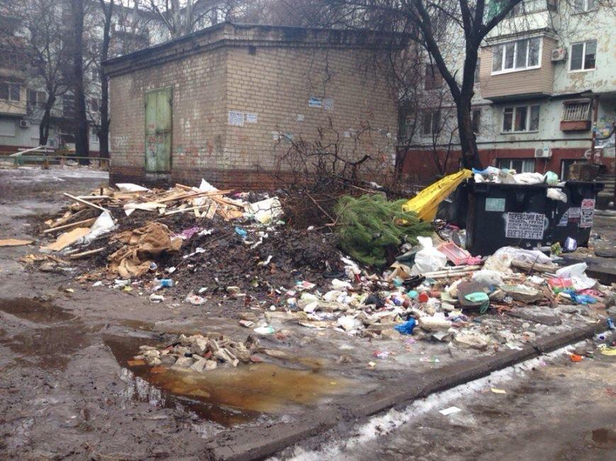 Запорожцы в соцсетях жалуются на кучи мусора за кинотеатром им. Довженко, - ФОТО (фото) - фото 1
