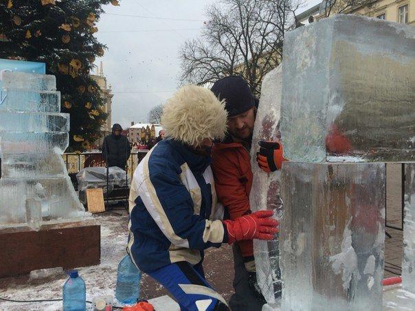 У центрі Львова із брил льоду створюють шедеври (ФОТОРЕПОРТАЖ) (фото) - фото 2