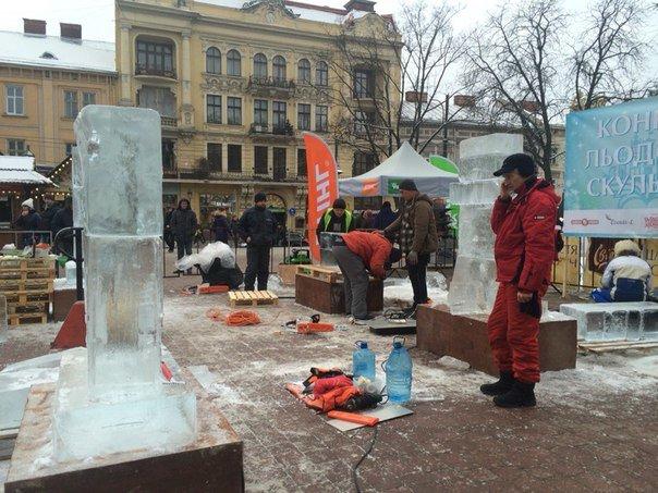 У центрі Львова із брил льоду створюють шедеври (ФОТОРЕПОРТАЖ) (фото) - фото 1