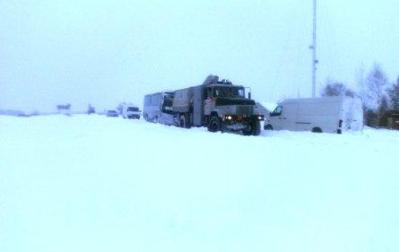 Верхнеднепровск: спасатели освободили из снежных заносов автобус с пассажирами (фото) - фото 1
