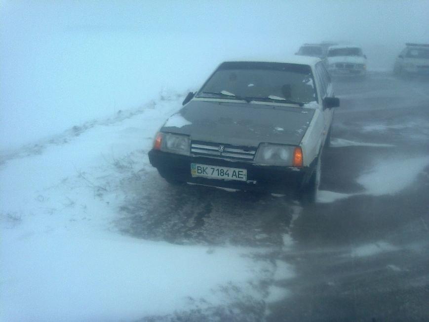 Кіровоградська область: рятувальники допомогли водіям легковиків вибратися із снігових переметів. ФОТО (фото) - фото 1