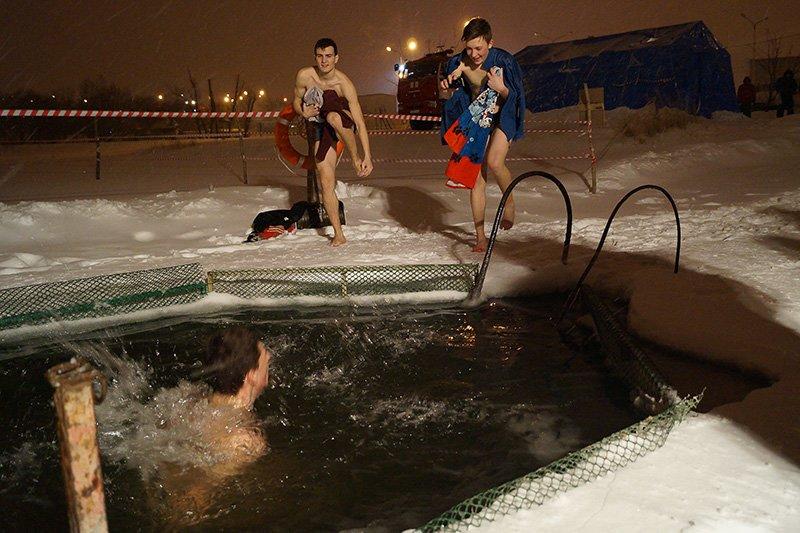 В крещенскую ночь больше восьми тысяч белгородцев окунулись в прорубь (фото) - фото 8