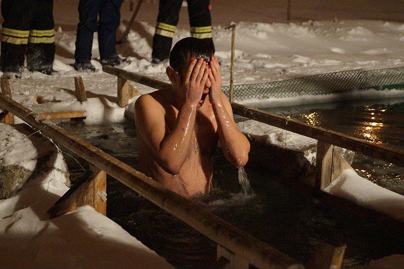 В крещенскую ночь больше восьми тысяч белгородцев окунулись в прорубь (фото) - фото 1