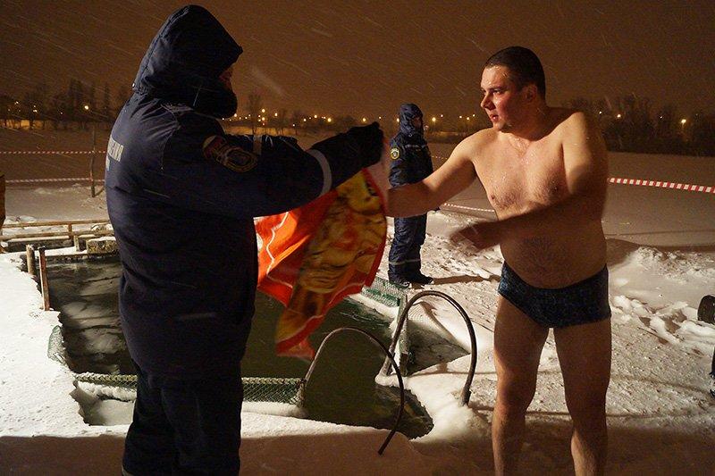 В крещенскую ночь больше восьми тысяч белгородцев окунулись в прорубь (фото) - фото 3