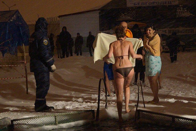 В крещенскую ночь больше восьми тысяч белгородцев окунулись в прорубь (фото) - фото 9