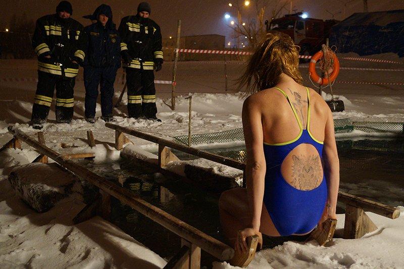 В крещенскую ночь больше восьми тысяч белгородцев окунулись в прорубь (фото) - фото 7