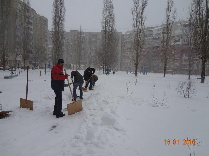 В Николаеве коммунальщики боролись с сугробами во дворах Заводского района (ФОТО) (фото) - фото 3