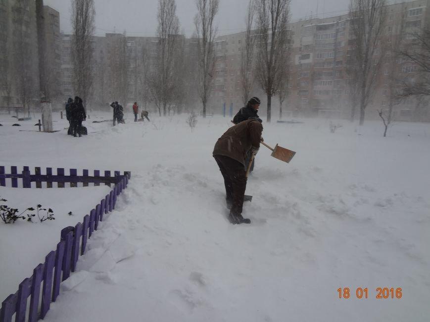 В Николаеве коммунальщики боролись с сугробами во дворах Заводского района (ФОТО) (фото) - фото 4