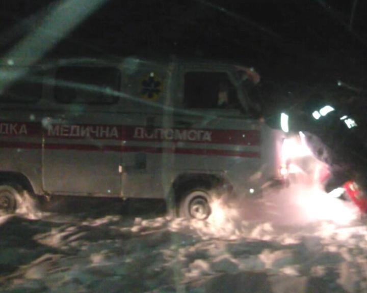На Сумщине спасатели вытащили из сугроба карету скорой помощи и доставили детей в больницу (ФОТО+ВИДЕО), фото-4
