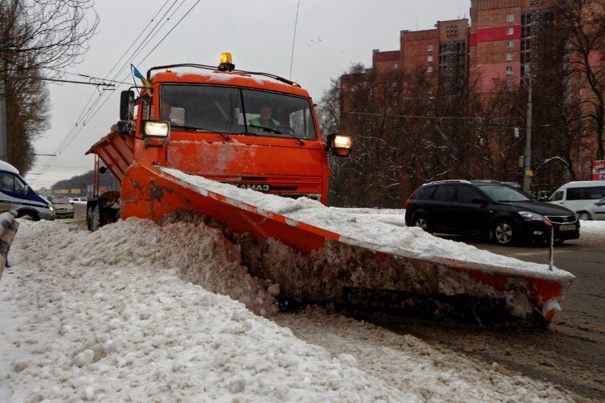 Около 600 спецмашин чистят дороги Днепропетровщины от снега (ФОТО) (фото) - фото 1