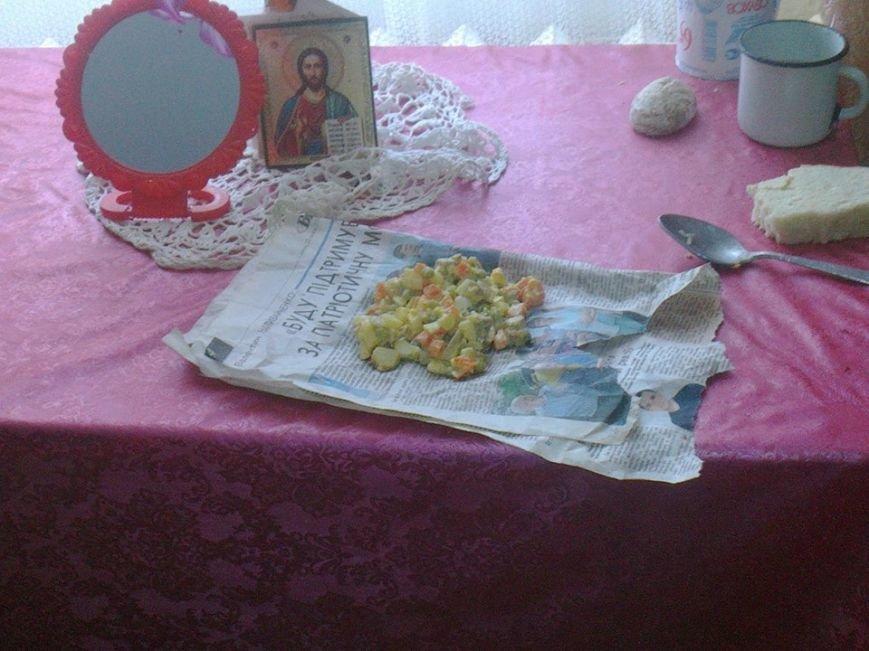 На Тернопільщині бабці в будинку престарілих дають їжу в газеті (фото) (фото) - фото 1