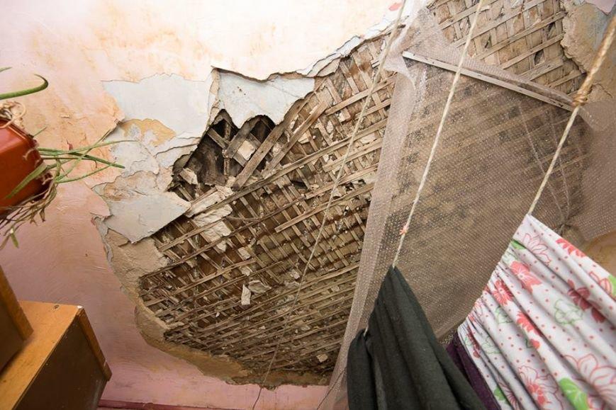 В жилом доме в центре Ростова после капремонта рухнул потолок, фото-1