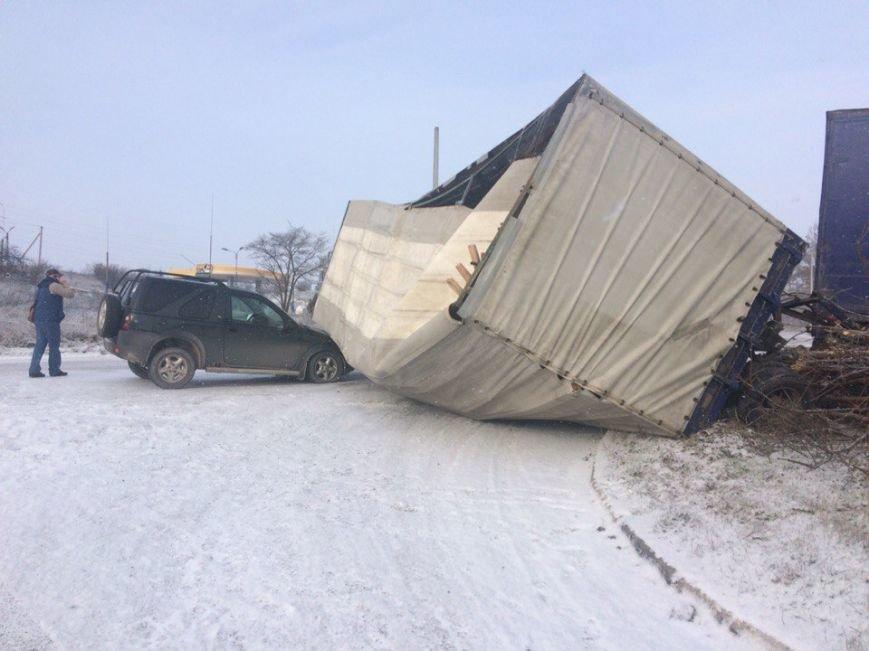 Утреннее ДТП в Симферополе: На скользкой дороге прицеп фуры рухнул на джип (ФОТО) (фото) - фото 3