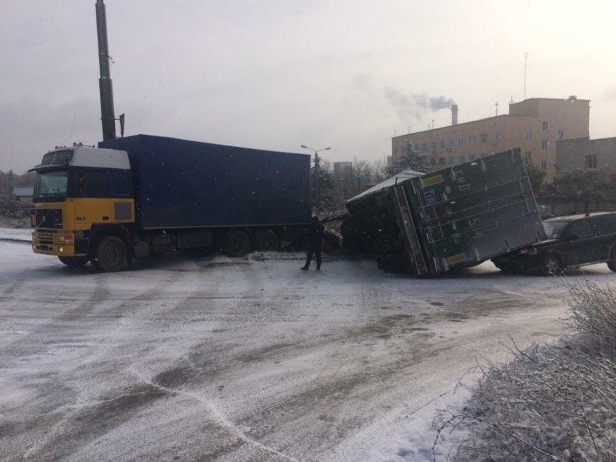Утреннее ДТП в Симферополе: На скользкой дороге прицеп фуры рухнул на джип (ФОТО), фото-2
