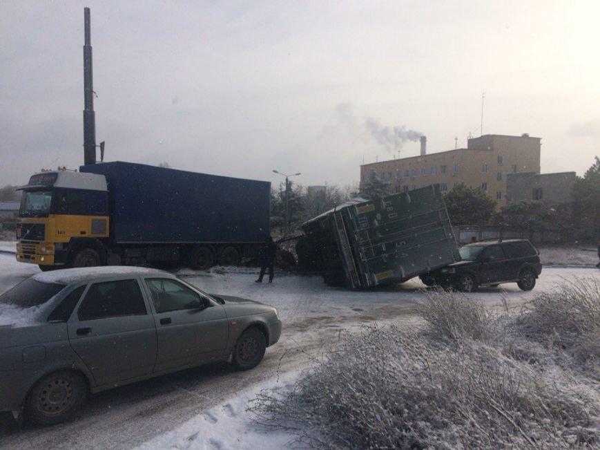Утреннее ДТП в Симферополе: На скользкой дороге прицеп фуры рухнул на джип (ФОТО) (фото) - фото 1
