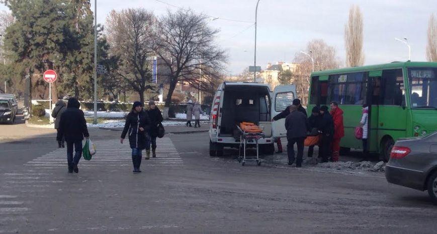Ужгородські поліцейські евакуйовували пасажира маршрутки (фото) - фото 1