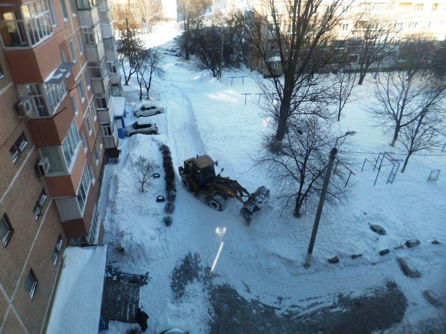 В Кировограде во дворах многоэтажек тракторами начали убирать снег. ФОТОФАКТ (фото) - фото 1