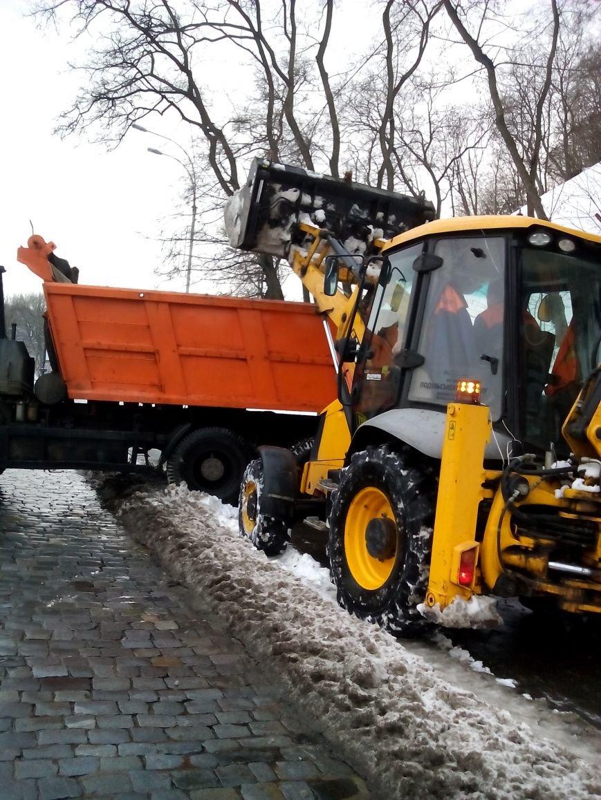 В Киеве за сутки коммунальщики вывезли на спецплощадки более 3 тыс. тонн снега (ФОТО) (фото) - фото 1