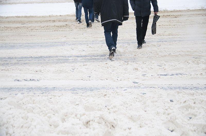 Водители и пешеходы переживают последствия снегопада в Белгороде, фото-2