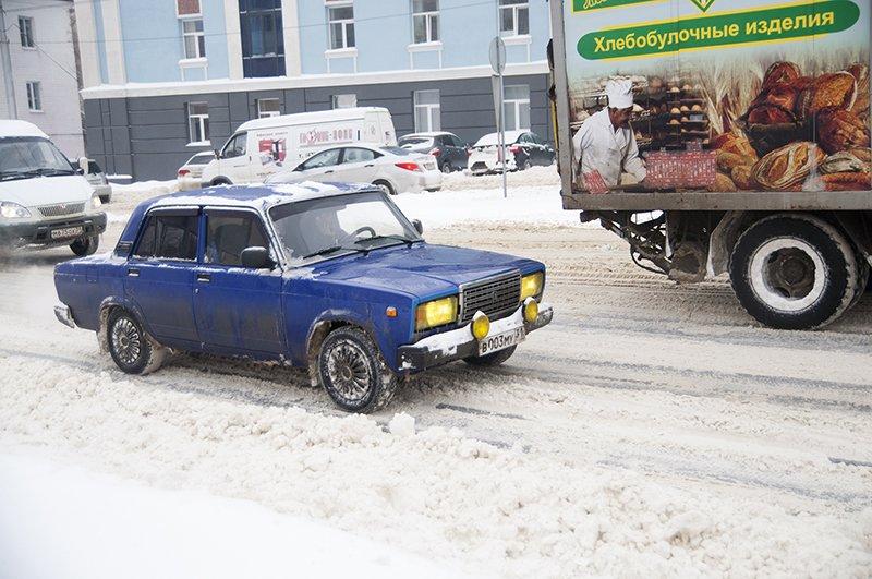 Водители и пешеходы переживают последствия снегопада в Белгороде, фото-6