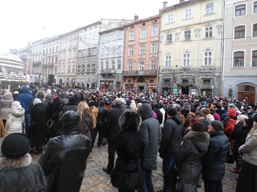 Львів'яни зібралися у центрі міста, аби освятити воду (ФОТО) (фото) - фото 2