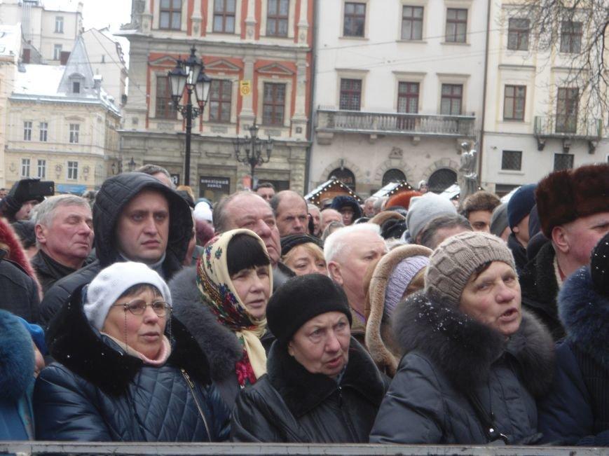Львів'яни зібралися у центрі міста, аби освятити воду (ФОТО) (фото) - фото 1