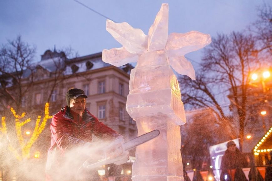 Як львів'яни створюють скульптури із криги у центрі міста (ФОТОРЕПОРТАЖ), фото-10