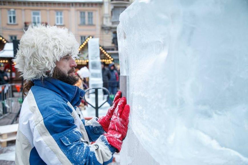 Як львів'яни створюють скульптури із криги у центрі міста (ФОТОРЕПОРТАЖ), фото-1