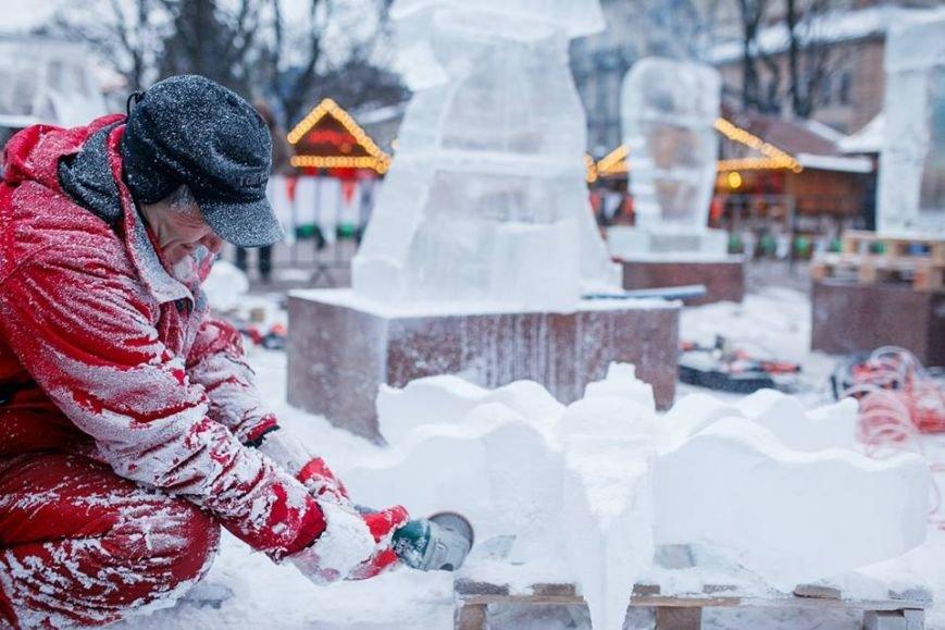 Як львів'яни створюють скульптури із криги у центрі міста (ФОТОРЕПОРТАЖ), фото-2