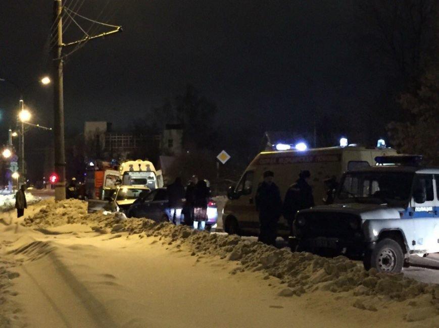 В Твери в результате лобового столкновения двух иномарок пострадали три человека (ФОТО) (фото) - фото 2