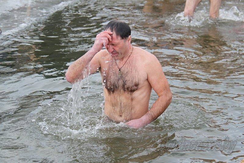 Более тысячи гродненцев приехали на Крещение на Юбилейном озере (фоторепортаж) (фото) - фото 20