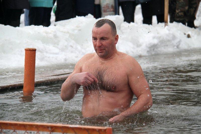 Более тысячи гродненцев приехали на Крещение на Юбилейном озере (фоторепортаж) (фото) - фото 4
