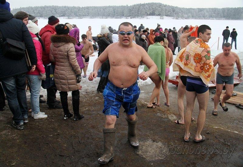 Более тысячи гродненцев приехали на Крещение на Юбилейном озере (фоторепортаж) (фото) - фото 10