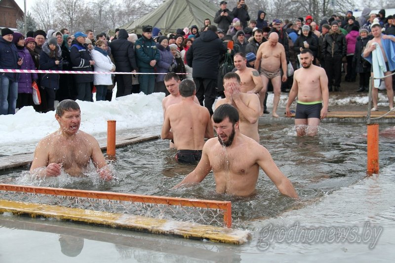 Более тысячи гродненцев приехали на Крещение на Юбилейном озере (фоторепортаж) (фото) - фото 7
