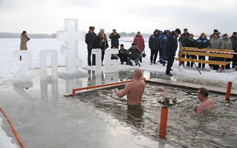 Более тысячи гродненцев приехали на Крещение на Юбилейном озере (фоторепортаж) (фото) - фото 11