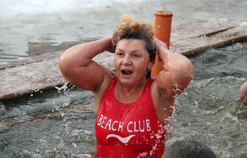 Более тысячи гродненцев приехали на Крещение на Юбилейном озере (фоторепортаж) (фото) - фото 3