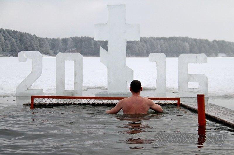 Более тысячи гродненцев приехали на Крещение на Юбилейном озере (фоторепортаж) (фото) - фото 9