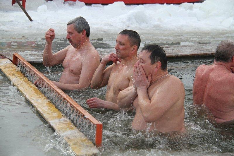 Более тысячи гродненцев приехали на Крещение на Юбилейном озере (фоторепортаж) (фото) - фото 8