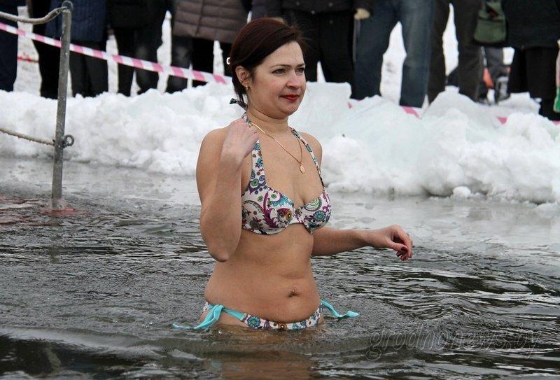 Более тысячи гродненцев приехали на Крещение на Юбилейном озере (фоторепортаж) (фото) - фото 15