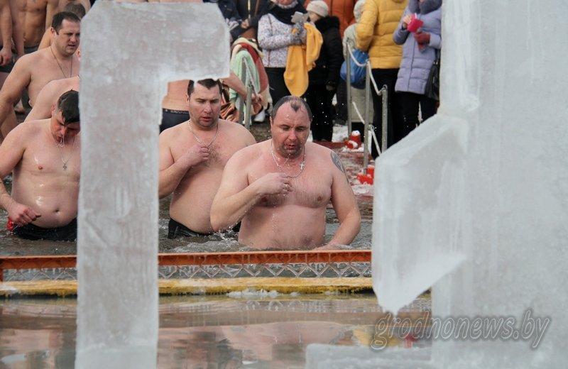 Более тысячи гродненцев приехали на Крещение на Юбилейном озере (фоторепортаж) (фото) - фото 2