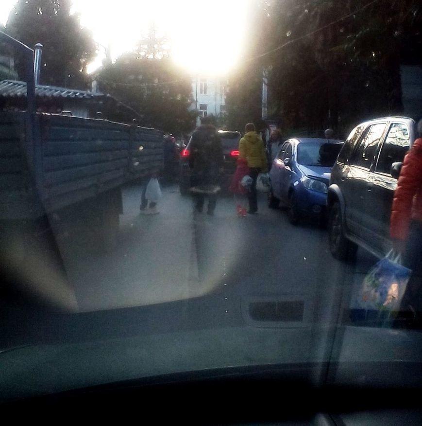 Улица Чехова в Ялте: пешеходная парковка-автобан, фото-1