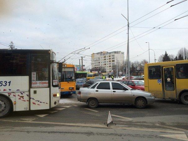 На кільці вул. Липинського-Чорновола вантажівка врізалася в автомобіль (ФОТО) (фото) - фото 1